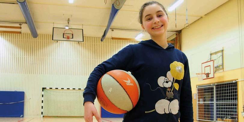 Flicka med baskeboll.