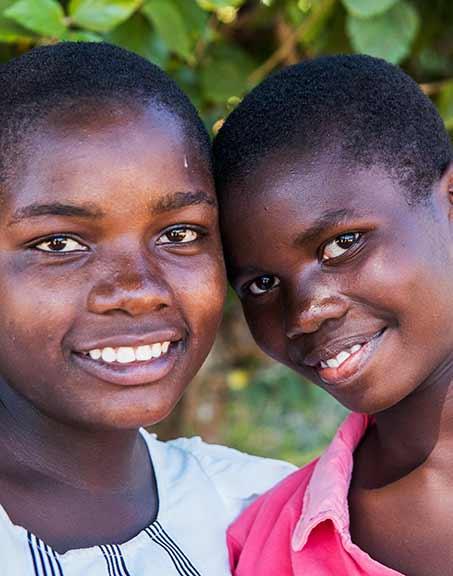 Två tjejer på Ntchisi Secondary School i Malawi