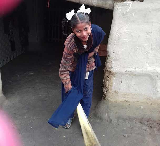 14-åriga Sarita sopar golvet hemma