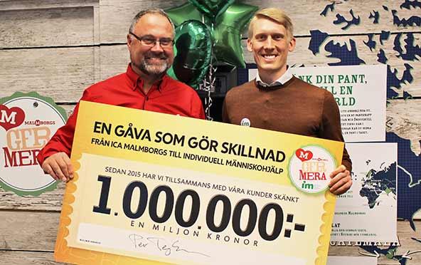 Lars Andersson, IOCA Malmborgs och Johan Holmberg, IM håller upp check på en miljon
