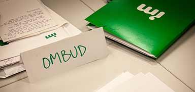 Skylt med texten ombud och skrivbordsmaterial