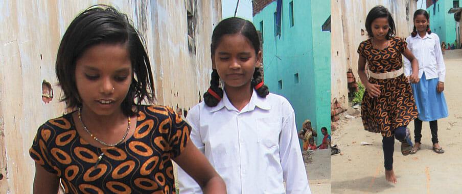 På bilden ser vi Chanchal och hennes vän. Chanchals hoppar hage.