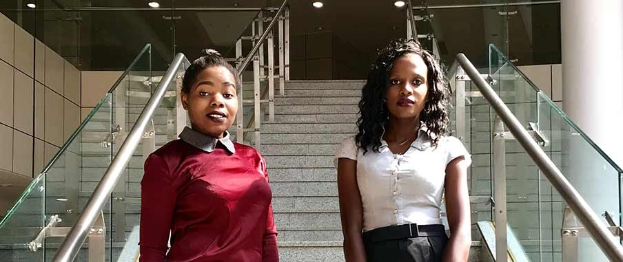 Witness Mnyenyembe och Ntchindi Tchongwe deltar i projektet Young Women in Active Politics.