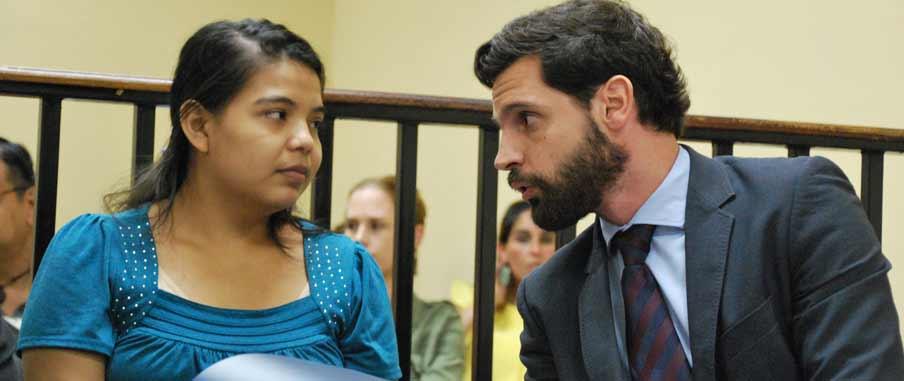 Imelda Cortez i rättegång. Hon pratar med sin advokat. Imelda har en blå tröja på sig.