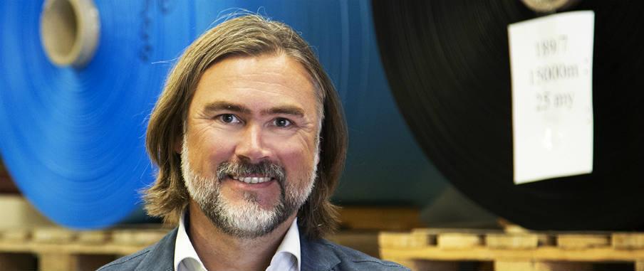 Henrik Peters, VD för Paxxo, ler in i kameran.