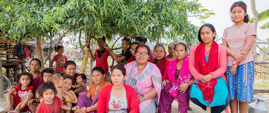 Damanti i en gruppbild med kvinnorna och barnen i hennes by.