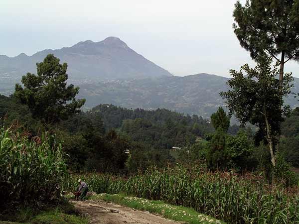 Guatemala, landskapsbild med berg och dalar.