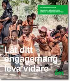 Framsidan på IMs testamentesfolder - lekande barn på Mtukva School i Zimbabwe.