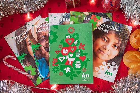 BIld på alla IMs gåvokort på en bord med julprdnader.