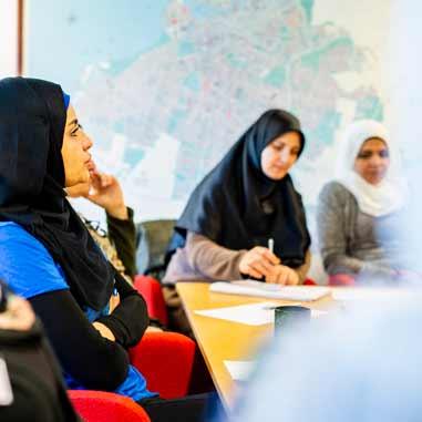 Alaa, Nancy, Shafika, Sanaa och Kenaz lyssnar intresserat på en föreläsning.