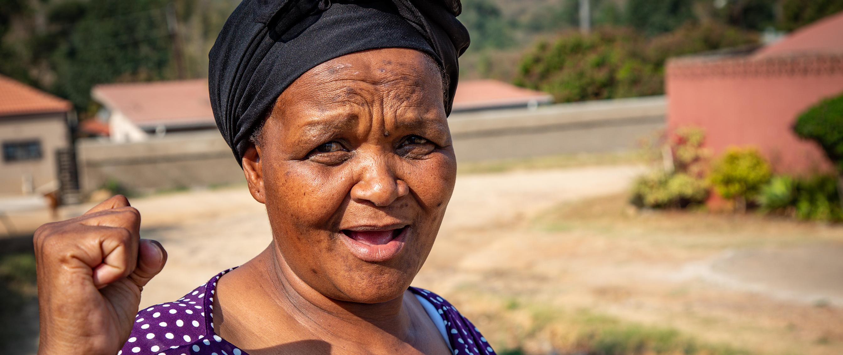 Kvinna med knuten näve
