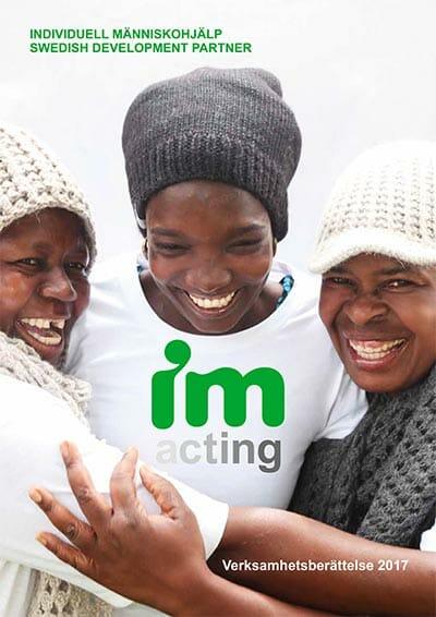 IMs verksamhetsberättelse 2017 - framsida, tre leende kvinnor i flyktinglägret Dzaleka i Malawi.